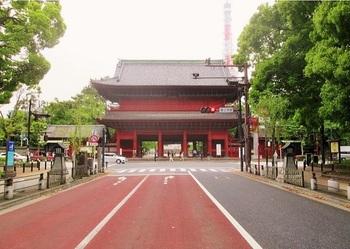 日比谷通り沿いにある「三解脱門(三門)」。門をくぐると、3大煩悩「むさぼり、いかり、おろかさ」から解脱できるとか(^.^) まっすぐ先が大殿です。