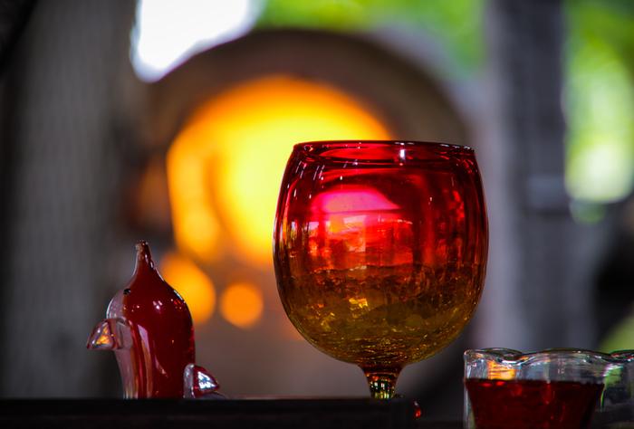 ぽってりとした形が印象的な琉球ガラスも、沖縄らしいおおらかさを感じさせてくれます。