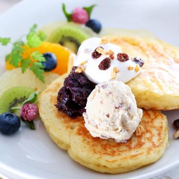 滑らかにとろける自家製アイスや、季節のフルーツが添えられたスイーツビーガンパンケーキもありますよ。