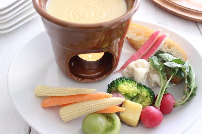 とろ~り滑らか、濃厚なチーズのような味わいのビーガンチーズフォンデュもおすすめ♪ 那須高原の旬の無農薬野菜にたっぷりつけていただきます! 野菜の甘さとみずみずしさに、カロリー控えめなコクのある味わいです。