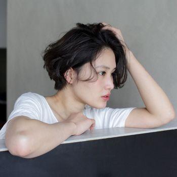 """頑張りすぎず、ナチュラル&シンプルに""""普通""""を思い切り楽しむというノームコアスタイルが、今、ファッションのみならずヘアスタイルにも広がっているそう。"""