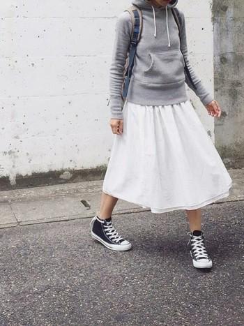 +ふんわりスカート。 ふんわり甘めのスカートとタイトなパーカーを合わせて、「大人かわいい」コーディネートが完成。