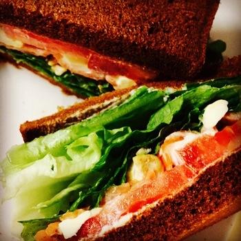 パンは、国産天然酵母を使い、数種類の雑穀入りの栄養度◎の風味豊かな味わい。オーダーが入ってから、ひとつひとつ丁寧に作られ、素材のおいしさが広がるリッチなサンドイッチです。