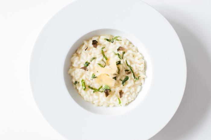リゾットはイタリアのポピュラーな料理で、炒めたお米をスープでことこと煮込んだものです。とろみが出るので、熱々をゆっくりと食べられるのが嬉しいですよね。雑炊やおじやとは違って、お米の中央に少し芯が残るくらいのアルデンテにするのもポイントです。