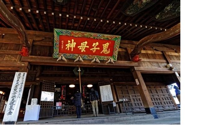 """鬼子母神の""""鬼""""の字は、つのがありません。建物は国の重要文化財に指定されています。"""