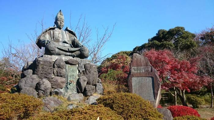 秋は紅葉、春は桜が見どころの源氏山公園。ここには源頼朝像があります。景色も紅葉も綺麗なスポットなんですよ。