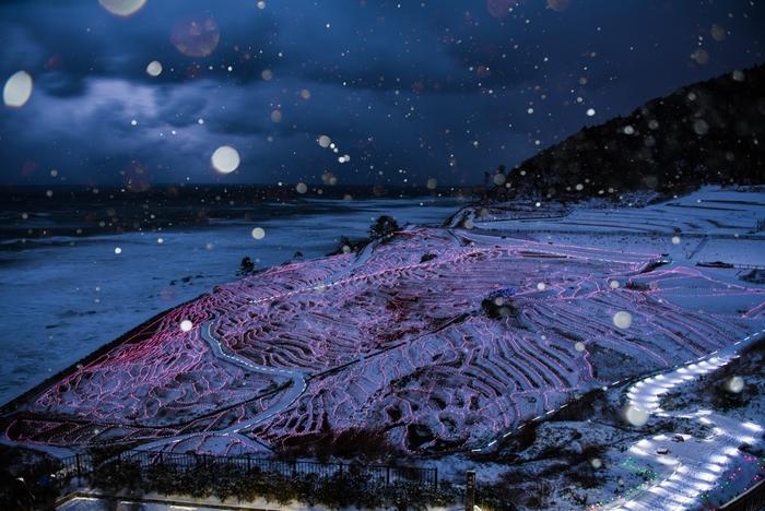 真冬になると、雪景色とライトアップのコラボレーションを見ることもできます。少し寒いけれど、ぜひ見てみたいですね。