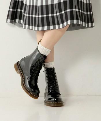 シンプルなカジュアルスタイルの足元にあわせたいのがブーツモデルのドクターマーチン。エナメル素材のツヤ感が足元の存在を引き立たせてくれます。スカートをあわせた甘めのコーデもぐっと締めてくれる万能モデル♪
