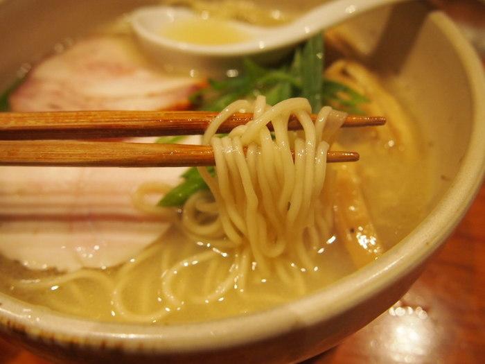 鶏チャーシューもさっぱりして素材の甘みが広がります。素材の良さが活かされ、味わい深いスープは、最後までぺろりと飲み干してしまう美味しさです。