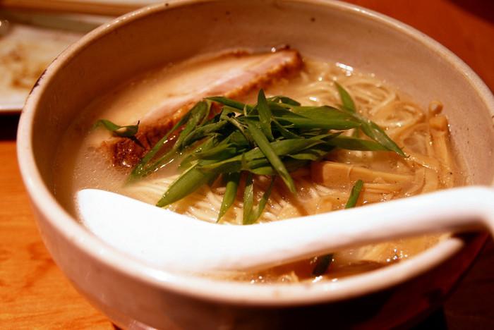 さらりとした鶏白湯が人気の「臥龍」。 砂糖不使用で、動物性脂肪分が控えめで、さっぱりとしてるのに旨みたっぷりの味わいのスープが、特注の細麺にからみます。やさしく染み渡る美味しさです。