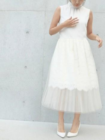 結婚式の服装にはいくつかの決まりがあります。  ・白い服装はしない  これは、花嫁さんとかぶってしまう為です。主役をより引き立てる為にも白は避けた方が無難です。  ・ミニ丈ドレス・肩出しドレス  現在はあまり意識されていませんが、年配の方などは気にする方が多いようです。極端な露出は避けるのが無難です。  ・ファーを使用しない  「殺生」をイメージする為です。こちらも現在は気にしない方が多いようですが、やはり気にされる方も居ますので避ける事が無難です。