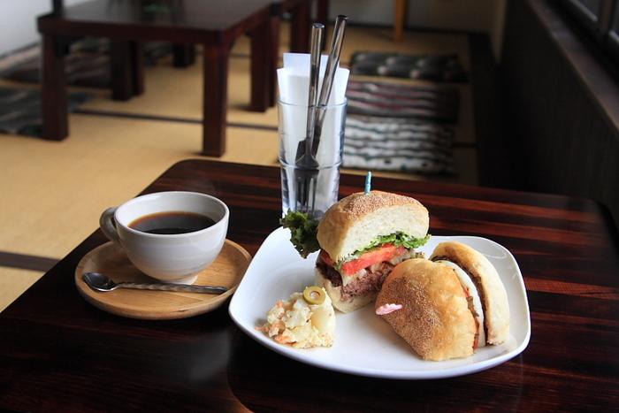 ボリュームたっぷりのハンバーガーが大人気。ランチセットは、スープとサラダ、ドリンク付きです。