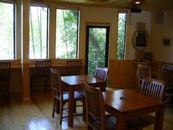 オーナーさんこだわりのコーヒーが緑いっぱいの景色と共に楽しめます。日当たりのいい窓辺は眺めが良く、広瀬川の景色が望める特等席。ゆったりと時間の流れるカフェです。