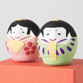 こちらは埼玉に伝わる「春日部張子」の雛飾りです。張り子(はりこ)とは、型に和紙を張り重ねていったものに絵つけをしたもの。昔ながらの伝統工芸をお雛さまで楽しみましょう。