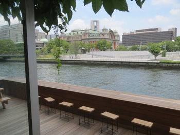 リバーサイドの気持ちのよいテラス席。壁面にも緑の装飾がされています。水の都大阪の独特の雰囲気も楽しめます。