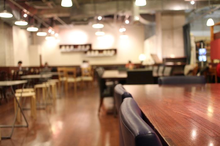 心斎橋店のカフェの様子。男女問わず、いつも人でにぎわっています。