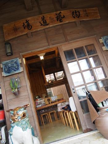やちむん通りには、陶芸の体験教室も。こちらはすべにご紹介したgumaguwaやkamanyなどのお店の商品を創作する窯元「育陶園」の陶芸体験道場。約1時間でシーサーが作れ、ろくろ体験もできます。前日までにぜひ予約を。