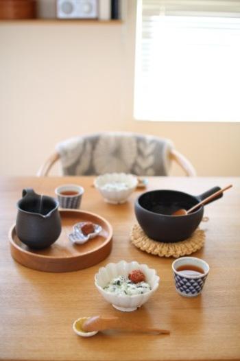 お腹に優しい玄米がゆの朝ごはん。食欲のない日でもこんなメニューならさらりといただけそう。