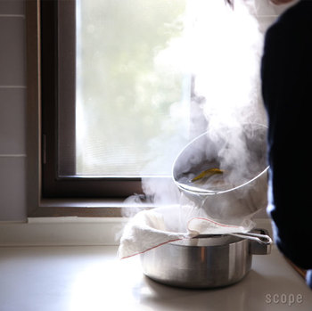 「さらし(晒)木綿」を使ったことがありますか?「さらし」と聞くと、体に巻くもの?というイメージをお持ちの方も多いと思いますが、実はキッチンでも何かと活躍する便利な道具。一度使うと、その快適さに虜になること間違いなしです♪
