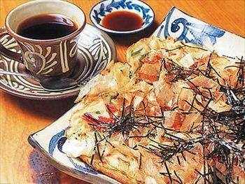 四角いお皿にのせられたヒラヤーチー(沖縄風お好み焼き)が人気。ゆったりと時間が過ぎる落ち着いた雰囲気のお店です。