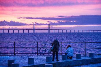 ところでみなさん、スウェーデンかデンマークどちらか旅行するときに、1カ国だけでなく「デンマーク(スウェーデン)にも行けたらなぁ」と思いませんか?  実は、両国にかかる橋「オーレスン・ブリッジ」を利用すると簡単にスウェーデンとデンマーク2カ国とも旅行できちゃうんです。