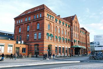 マルメからコペンハーゲンへのアクセスは、マルメ中央駅からアクセスが可能です。  マルメ市内からはバスでのアクセスが便利かと思います。  本来ならこちらからデンマークに行く際はパスポートは不要だったのですが、昨年あたりからパスポートチェックが始まっているため、必ずパスポートを持参してくださいね。