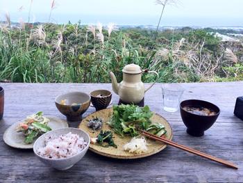 お店からは、素晴らしい海の眺めも満喫できます。沖縄の風を感じながら、地元の料理とやちむんを楽しむ贅沢なひとときです。