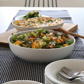 お皿いっぱいに盛り付けると、家庭的で親しみやすい印象になります。みんなでワイワイ取り分ける大皿料理などは、豪快に盛り付けて。