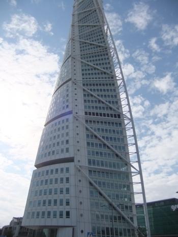 すぐ近くで見るとこのような感じに。ずっと見上げていると首が痛くなるほど高いです。  ちなみに、このターニングトルソの周りは低い建物ばかりでしたので、ターニングトルソの高さが本当に際立って見えます。