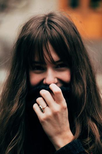 自分で自分をしっかり認めたら、笑顔を増やしてみましょう。忙しいと歯を食いしばっていることにすら気づかないこともありますね。でも、笑顔は周りだけでなく自分の気持ちまで明るくしてくれます。
