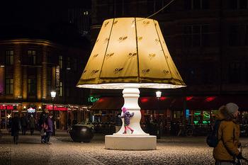 目印は、広場中央のランプ!  お部屋から抜け出してきたようなランプが広場を明るく照らします。