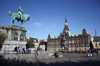 マルメ中央駅から旧市街にアクセスする際におそらく通るであろう広場です。  ホテルやレストランなどが立ち並ぶ広場で、人通りはまあまあ。 カール10世の銅像近くで日光浴するのも良いかも?