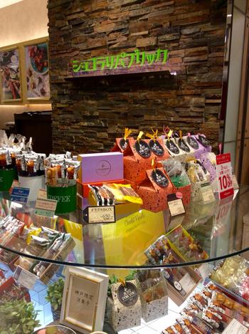 北野坂に1号店をオープンさせ、今や神戸での知名度もグングン上がっている同パティスリー。 2016年には、北野の異国情緒あふれる通りにカフェ併設のショップをニューオープンしたばかり。 その名の通りチョコレートをたっぷりと使ったスイーツが人気の他、フィナンシェもお土産の定番になりました。