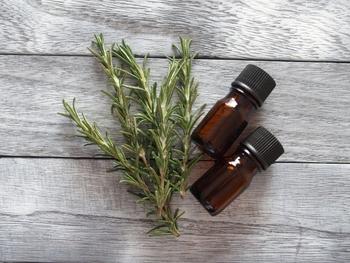 体調によってもいつもと香りが違うなと感じる事があります。きちんとメモをとっておくといいでしょう。「ティートゥリー」と「ユーカリ」などよく似ている香りの判別までできれば精油に対する理解も深まります。
