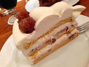 キャラメルスポンジに、刻んだマロングラッセと焼き栗のクリームがベストマッチな「マロングラッセのケーキ」