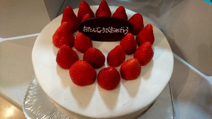 HARBSでは、「スペシャルオーダーケーキ」を注文することができます。季節によって選べるケーキは異なりますが、お誕生日に憧れのHARBSケーキを、ホールで楽しむことも夢じゃないのです!こちらは「ストロベリーケーキ」