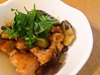 なすと鶏肉を下ごしらえして、あとはフライパンで焼くだけのお手軽レシピ。鶏肉の旨みをなすがしっかりと吸収するので、調味料も最小限でOK。酢を加えていますので、薄味でさっぱりした味わいを楽しめます。お好みで大根おろしを加えるのもおすすめです◎