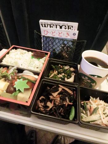 きつねうどんだけでなく、天ぷらうどんやお惣菜、お弁当なども取り扱いがあります。帰りの新幹線でいただくのも良いですね。