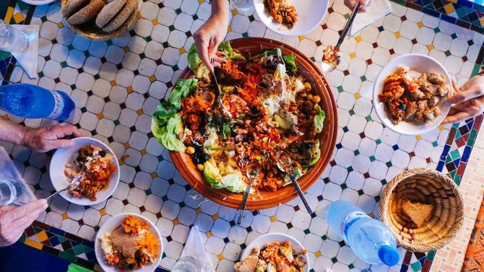 """美容と健康のために欠かせない野菜ですが、サラダというとどうしても""""サイドメニュー""""とイメージしがちですが、今はやりの進化系サラダ専門店では、ボリューム満点でディナーにも最適な""""ごちそうサラダ""""が食べられるんです♪"""