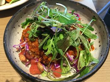 オープン直後から予約が殺到し、人気モデルも訪れるという人気店。  美味しさと安全性を追求するため、保存料、着色料、香料を含む食品や遺伝子組み換え食品、動物性食品などは不使用という徹底ぶり。ヴィ―ガン、グルテンフリー、日本伝統の玄米菜食をベースとしたマクロビなど、様々な食事法を取り入れた、まさに今の自分にAdaptした(適応した)食事をとることができます。