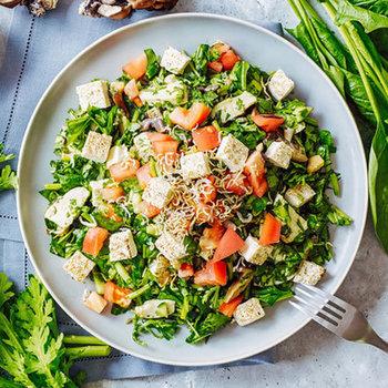 大人の男性でもお腹いっぱいになるほどボリューム満点の「SALAD(サラド)」のチョップドサラダ。お店のコンセプトは、サラダを通して「人生がもっと楽しめる」ような環境を築き、健康になっていただくことなのだそう。
