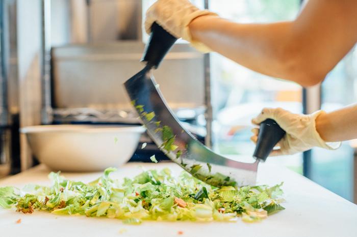オンラインで注文することができるというのも嬉しいポイント。産地・生産者の顔がわかる、産直野菜に一流シェフが開発したこだわりのドレッシングが絶妙にマッチしています。