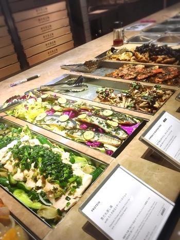 こちらにあるデリカテッセンでは、「色んな野菜を、もっと美味しく、もっとデイリーに」をテーマにグルメサラダを中心にしたデリが常時15種類用意されています。