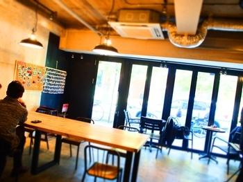 麻布十番店は駅から徒歩2分の駅近レストラン。ウッド調の店内はスタイリッシュな雰囲気で、まるでNYのカフェに訪れたかのよう。