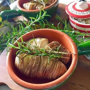 ジャガイモをアコーディオンのようにカットして焼き上げて作ります。ローズマリーの香りが、こんがりと焼いたジャガイモにとても良く合うレシピ。バターをトッピングしてもコクが出て美味しくなります。見た目もおしゃれで、付け合わせとしてもおすすめですよ。