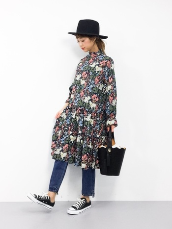 レトロな花柄ワンピースにスキニーデニムを合わせたカジュアルな甘辛コーディネート。パンツにさりげなく入った裾ダメージがレトロな雰囲気とマッチしています。
