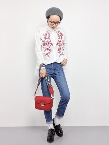 春らしいボヘミアンな刺繍シャツとスキニーデニムの組み合わせ。バッグとシャツの刺繍の赤をリンクさせると、統一感が出ますね。