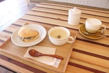 朝のカフェは8:00オープン。テイクアウトのお客さんも多くにぎわいます。朝食やランチをゆったり楽しみたい。身体にも心にも優しい味が魅力です。