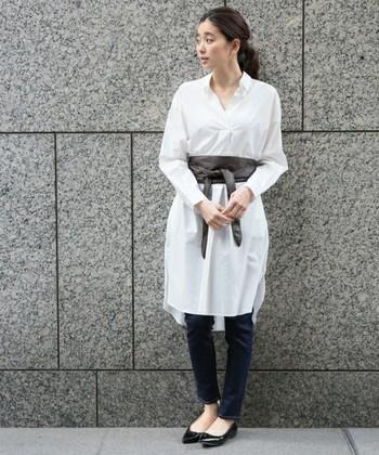 一枚で着ると透け感が気になる白ワンピースはスキニーパンツとのレイヤードスタイルがおすすめ。サッシュベルトでコーディネートにメリハリをプラスしましょう♪