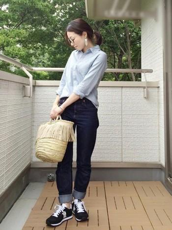 大人の女性らしい潔さが表れるシャツとジーンズのシンプルコーデに、フリンジ付きのカゴバックを合わせて。遊び心はファッションにおいて大事なエッセンスです。